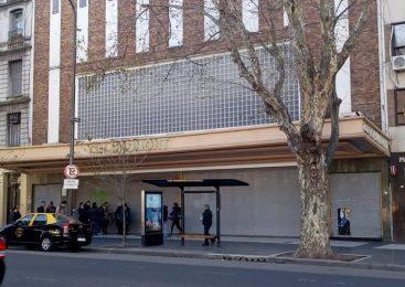 El Cine Gaumont con la persiana baja
