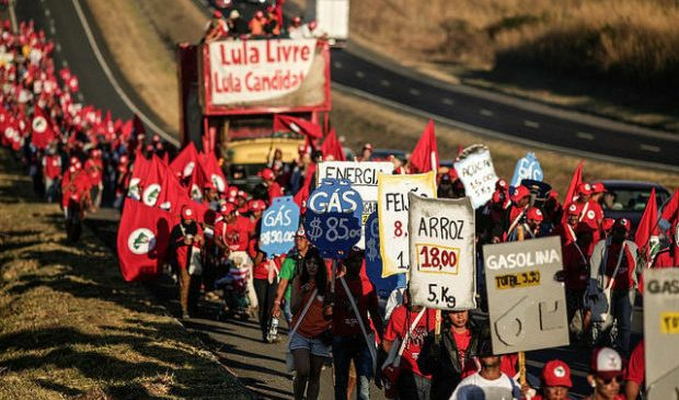 En filas, campesinos de todo Brasil marchan en tres columnas rumbo a Brasilia