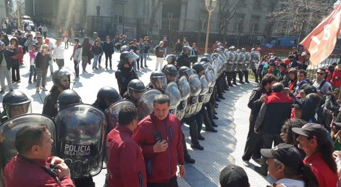 Enorme operativo policial amenaza con reprimir a trabajadores tareferos