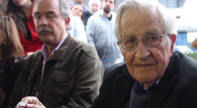 """Chomsky: """"es apremiante contrarrestar el poder de los medios de derecha"""""""