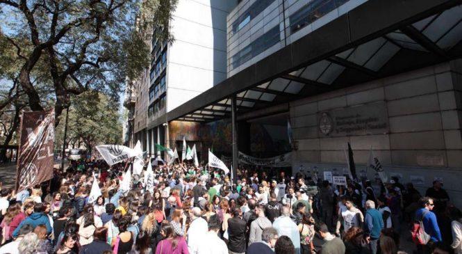 Masiva manifestación contra la eliminación del Ministerio de Trabajo