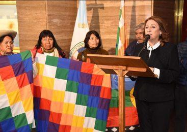 La bandera de Pueblos Originarios entró al Monumento