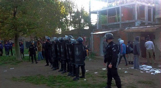 Rosario: policía provincial desaloja a una familia en el Barrio República de La Sexta