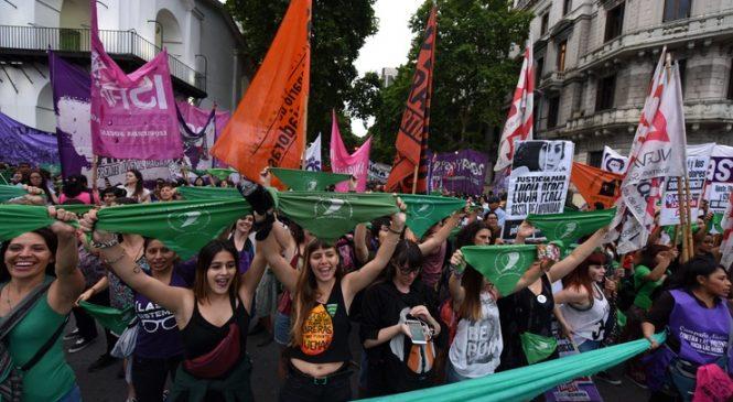 Marcha en el día de lucha contra las violencias hacia las mujeres y disidencias