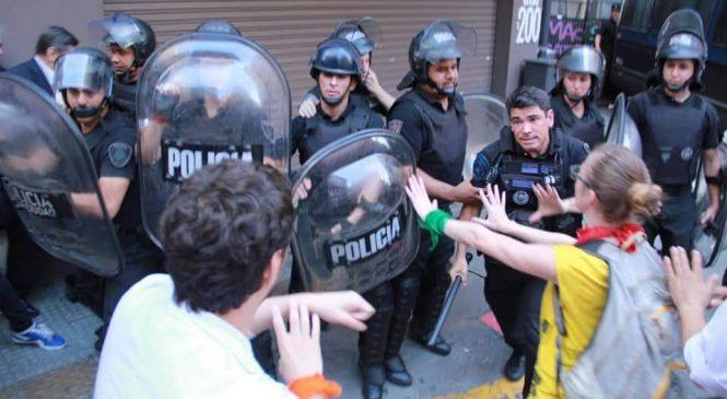 Policía golpea a manifestantes que se oponen a la UniCABA