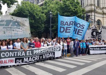 Miles de bonaerenses marcharon contra el presupuesto de ajuste y acamparon frente a la Legislatura