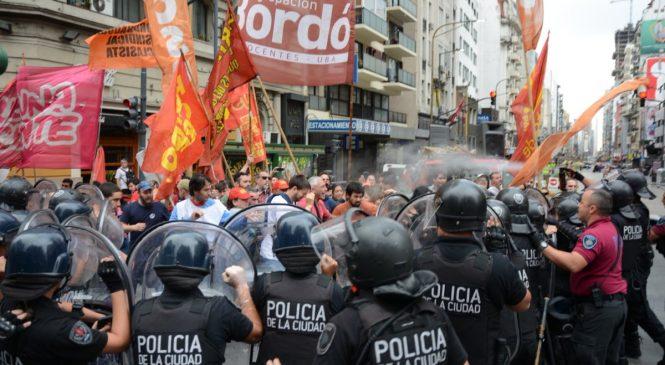 Represión a trabajadores de Interpack en pleno centro porteño