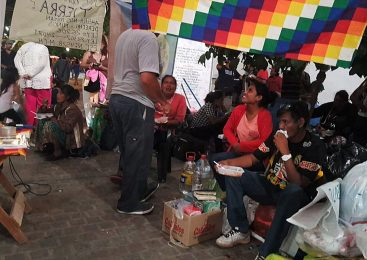 Salta: la comunidad Wichi Misión Chaqueña acampa exigiendo una directora originaria para su escuela