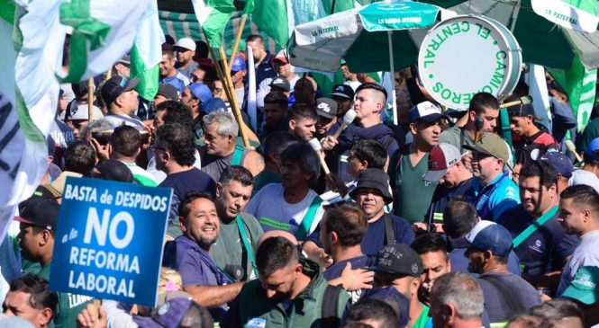 """Camioneros protestó en Coca Cola contra el """"preventivo trucho"""" y los despidos"""