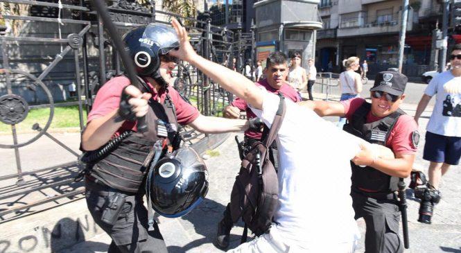 El delito de repartir cuadernos y sacar fotos: La Policía de Larreta reprimió a trabajadores gráficos y de prensa