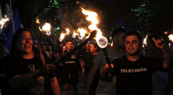 Multudinaria marcha de antorchas en Mendoza contra los tarifazos