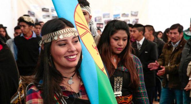 Alumnos mapuches hicieron historia y egresaron de la escuela intercultural bilingüe