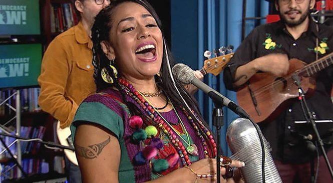 La cantante mexicana Lila Downs protesta contra la política de inmigración de Trump y rinde homenaje a Manu Chao