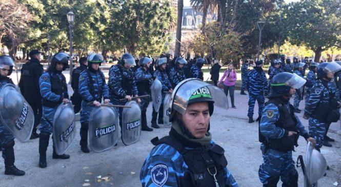La Plata: desalojan a feriantes de la Plaza San Martín