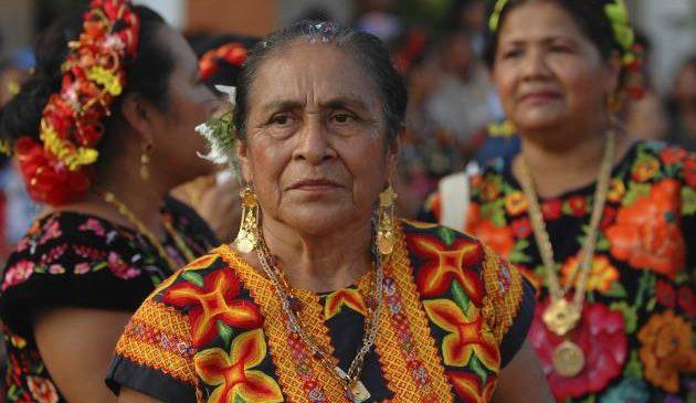 """México: """"Es bueno que conozcan nuestros bordados, pero es mejor que nos paguen por ellos"""""""