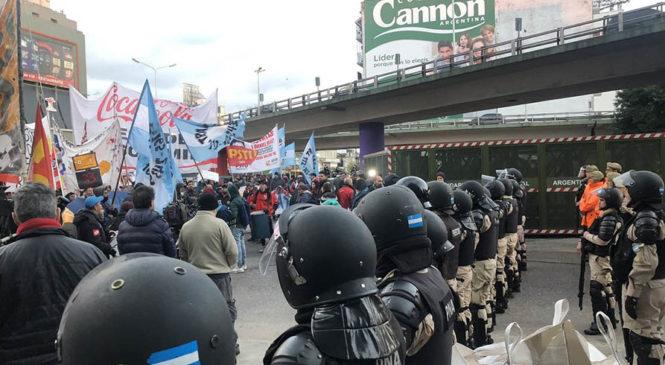 """Despedidos buscaron cortar el Puente Pueyrredón y Bullrich usó la """"supervalla"""""""