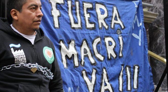 Se encadenaron al Banco Central exigiendo la renuncia de Macri