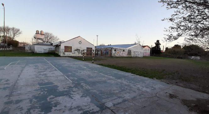 Patadas y humillación contra ocho estudiantes por jugar al fútbol en una escuela de Adrogué
