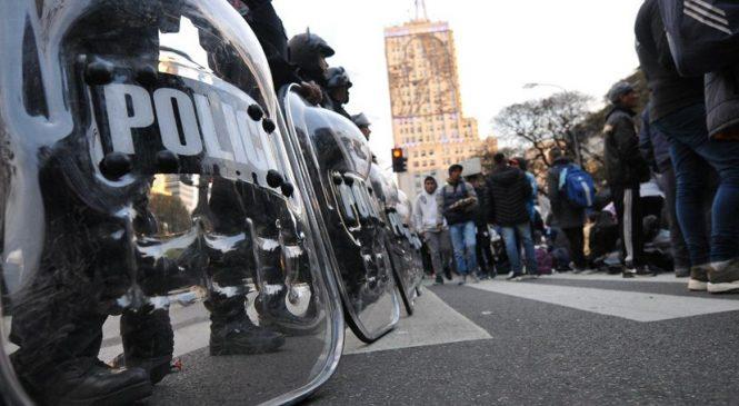 La represión policial no frena el acampe de los movimientos sociales