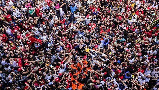 Ex presidente brasileño Lula da Silva deja la cárcel después de 580 días de prisión