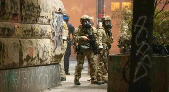 """""""Las ciudades de EE.UU. necesitan mascarillas y testeos, no tropas de choque, Sr. Presidente"""""""