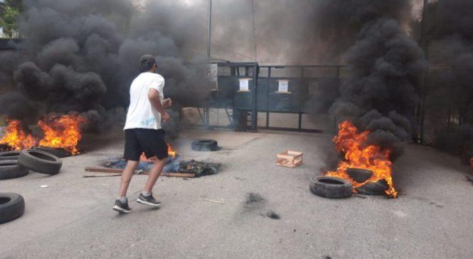 Cresta Roja: trabajadores bloquean la puerta de salida de camiones