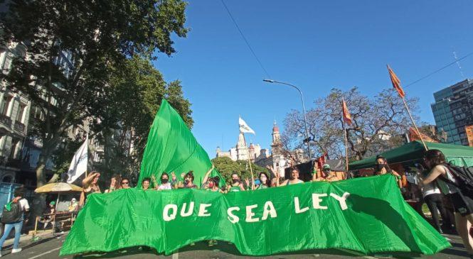 Voces de la marea verde que volvió a festejar la media sanción y ahora va por el Senado