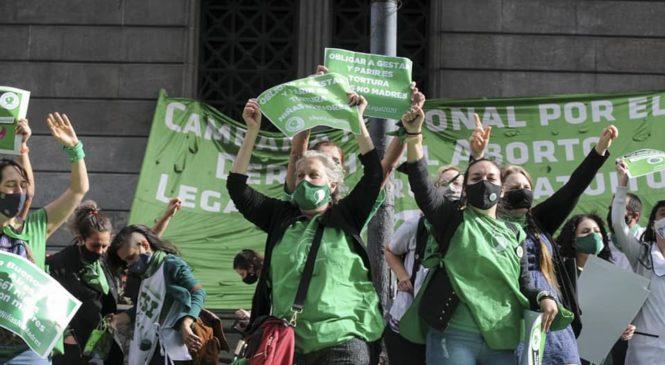 Aborto legal: se debate en Diputados y hay vigilia verde para que sea ley