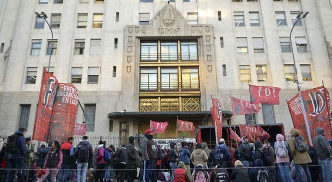 Organizaciones sociales denuncian que el ministro Daniel Arroyo desconoce los acuerdos alcanzados