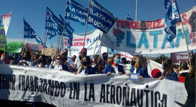 Despedidos de Latam cortan el ingreso a Ezeiza y vuelven a poner en agenda la crisis aeronáutica