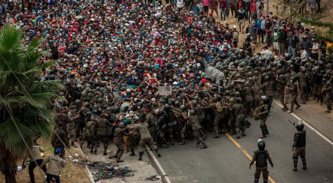 Nueva caravana de migrantes hondureños hacia EEUU, detenida en Guatemala