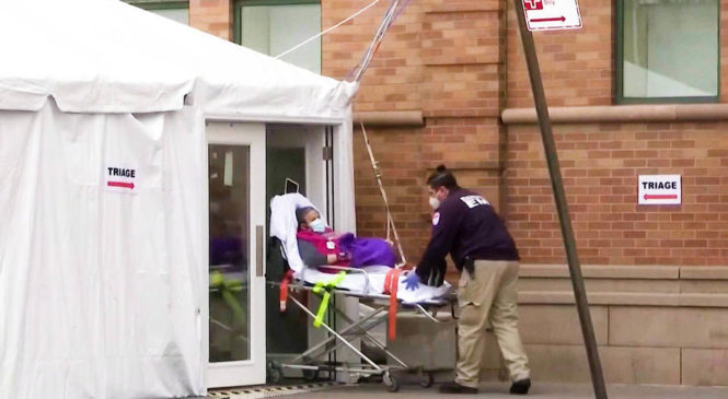Récord de hospitalizaciones por COVID-19 en EEUU: personal sanitario recibe orden de racionar oxígeno