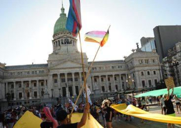 Banderazos en todo el país pidieron al Congreso una ley de inclusión laboral trans