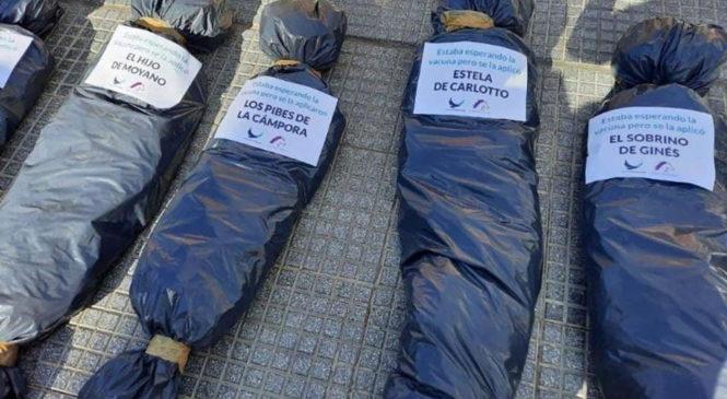Quiénes montaron la escena fúnebre en la Plaza de Mayo