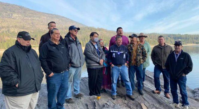 El cazador indígena que 'revivió' a su pueblo en Canadá