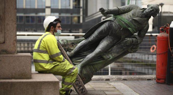 Derribar estatuas no borra la historia, nos hace verla con más claridad