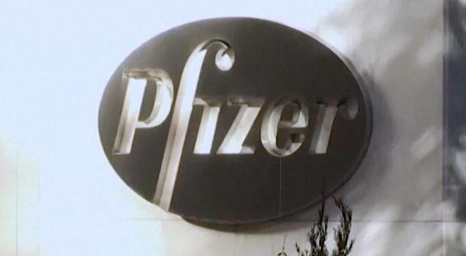En medio de crecientes ganancias, Moderna y Pfizer aumentan los precios de sus vacunas contra la COVID-19