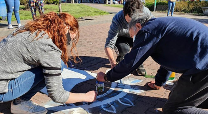 Restauraron los pañuelos blancos que habían sido vandalizados en la plaza de Olavarría